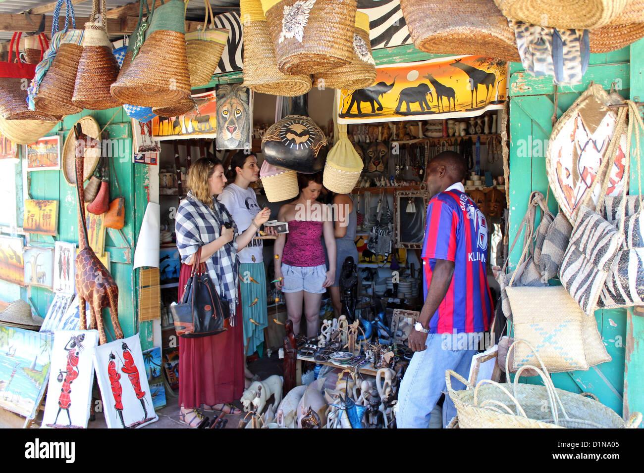 Arte y mercado artesanal de souvenirs, Malindi, Kenia, África Oriental Imagen De Stock