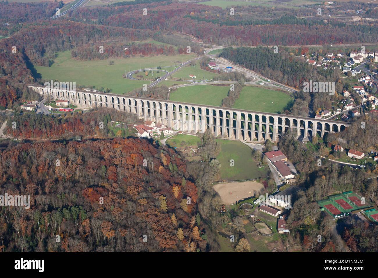Viaducto de piedra de tres pisos (vista aérea). Construido el año 1857, línea férrea Paris-Basel. Imagen De Stock