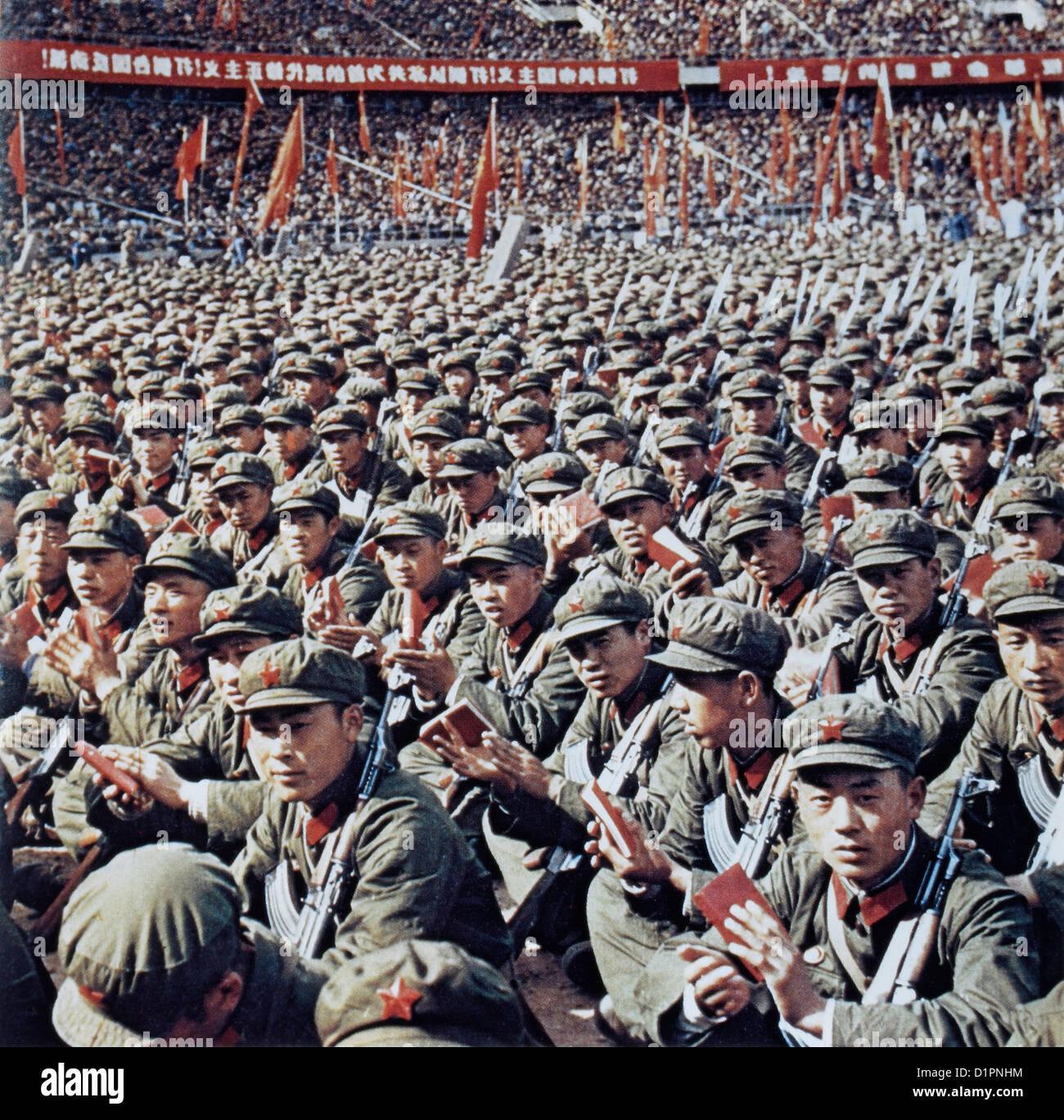 Los Guardias Rojos en el Rally de la lectura de Mao Zedong, el pequeño Libro Rojo, Beijing, China, 1966 Imagen De Stock