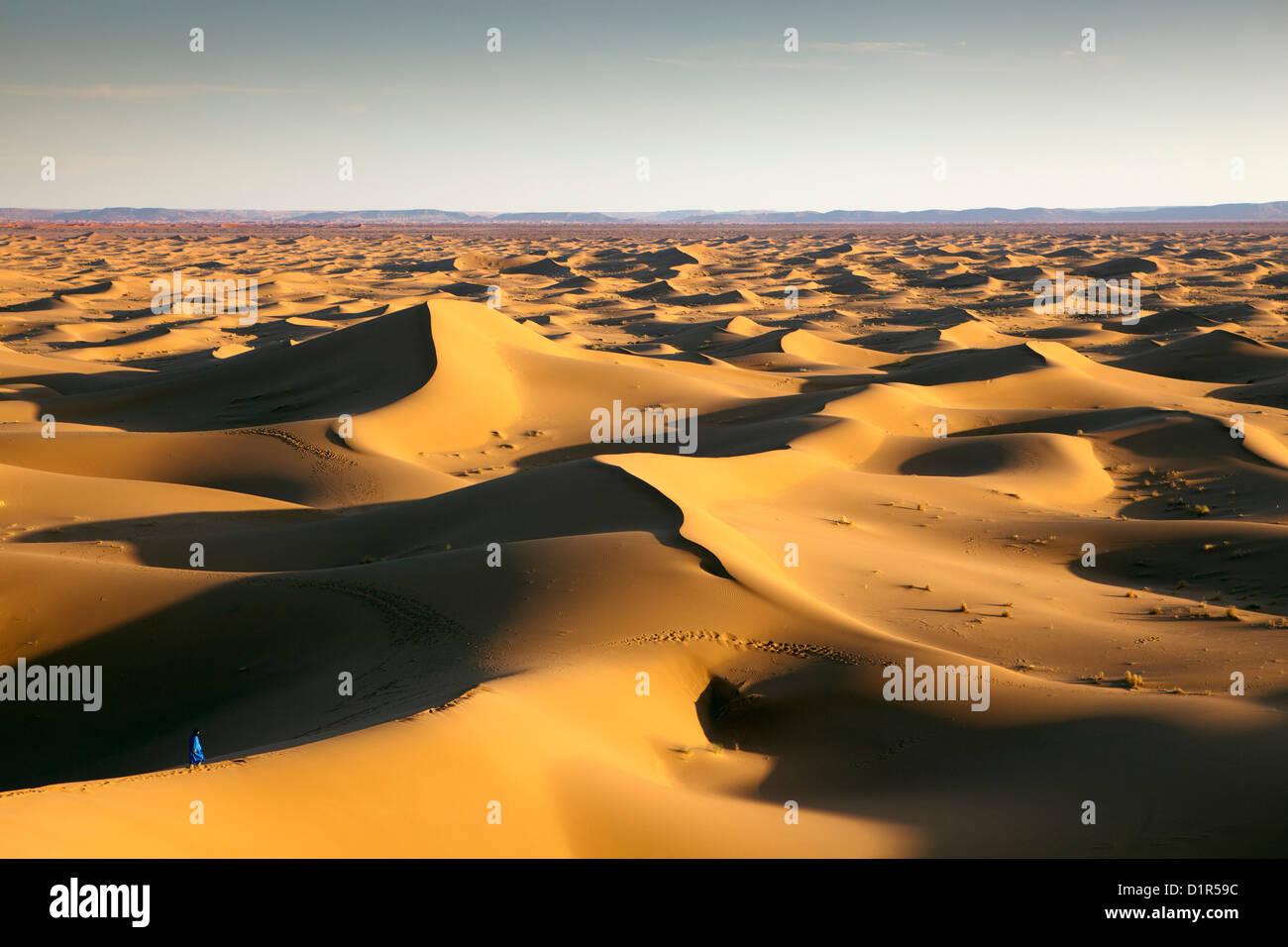 Marruecos, M'Hamid, Erg Chigaga dunas de arena. El desierto del Sahara. Hombre bereber local sobre una duna Imagen De Stock