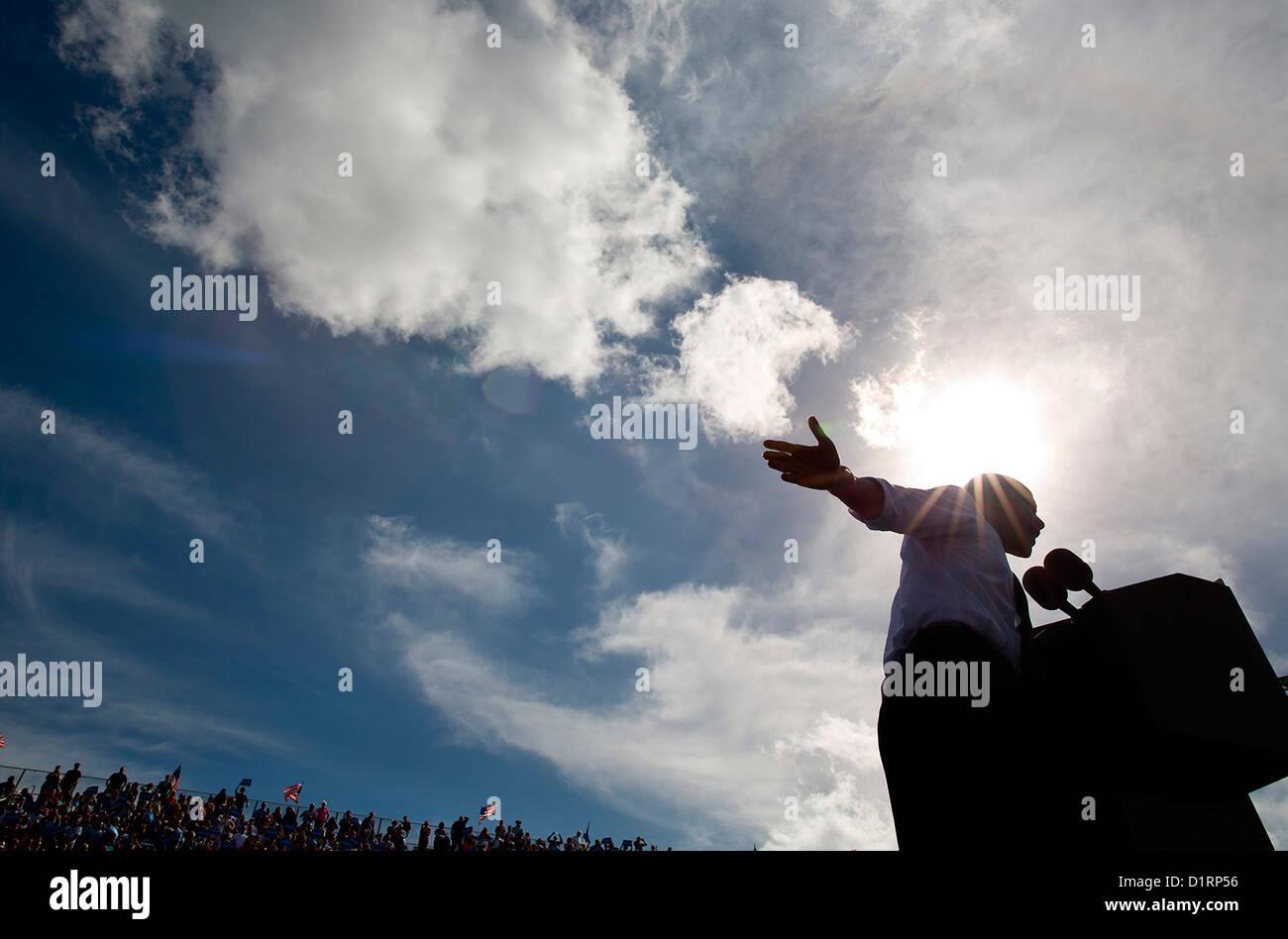 El presidente estadounidense Barack Obama aborda una multitud durante un mitin de campaña electoral del 23 Imagen De Stock