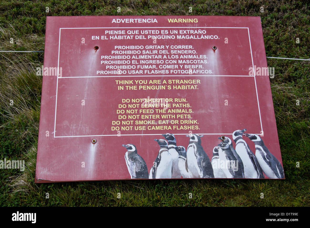 Señal de advertencia en el Seno Otway Reserva Pingüino, Patagonia, Chile Imagen De Stock