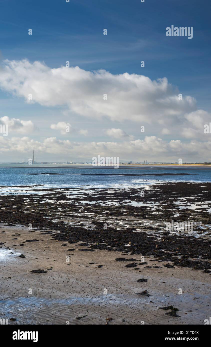 Vista hacia el sur, cruzando la bahía de Dublín desde Sutton, mostrando Dublin Docks, Poolbeg Power Station y las Foto de stock