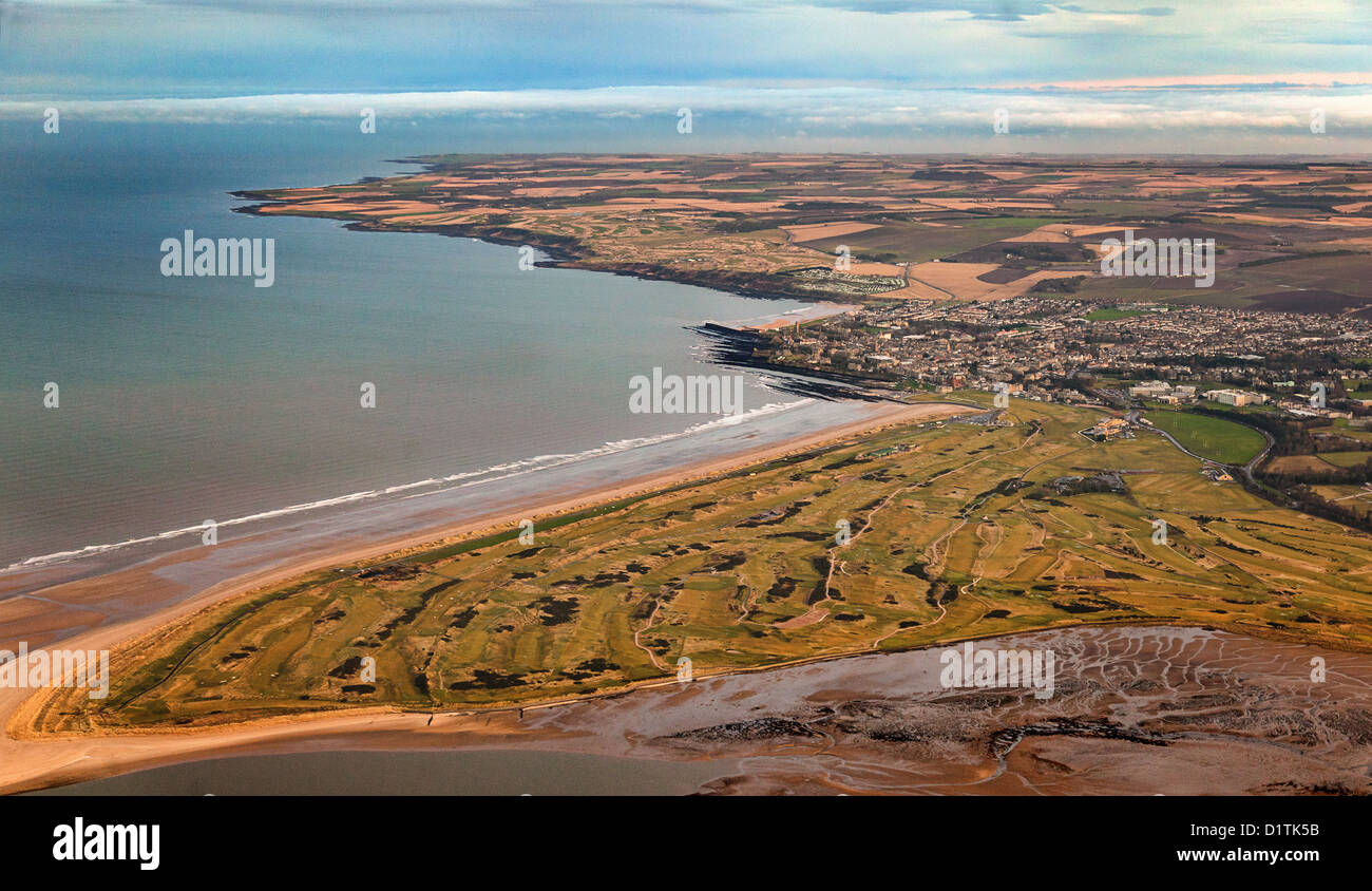 Vista aérea a lo largo de St Andrews, el Old Course Golf Course y West/East Sands, Fife, Escocia Imagen De Stock