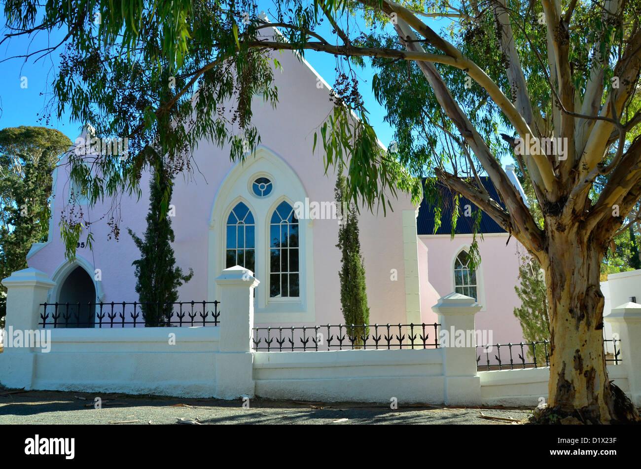 Antigua iglesia bajo el árbol de eucalipto en Matjiesfontein histórico en el Gran Karoo, en Sudáfrica. Imagen De Stock