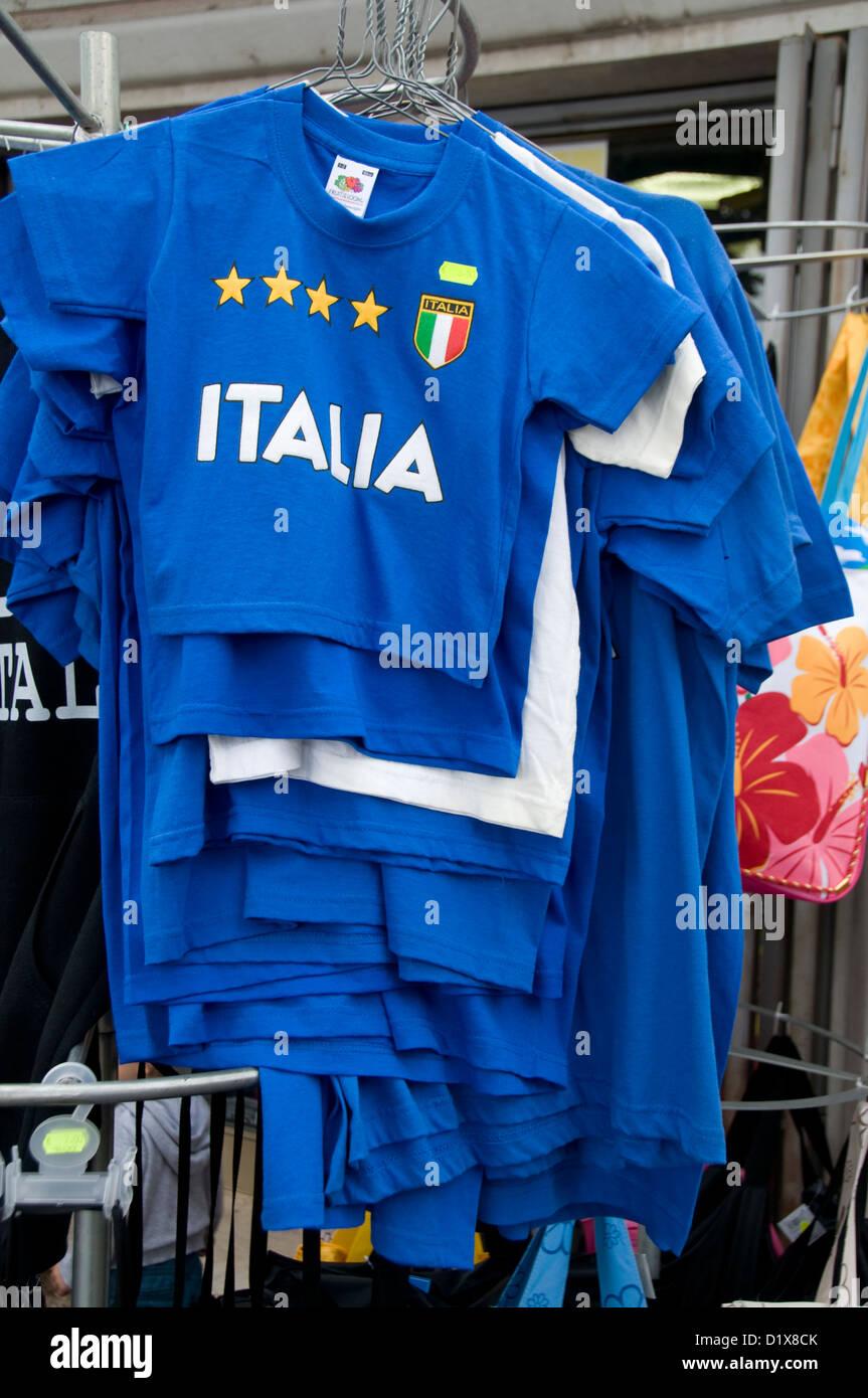 af38622c8df6a Un rack de camisetas de fútbol italiano en venta en Garda en el Lago de  Garda