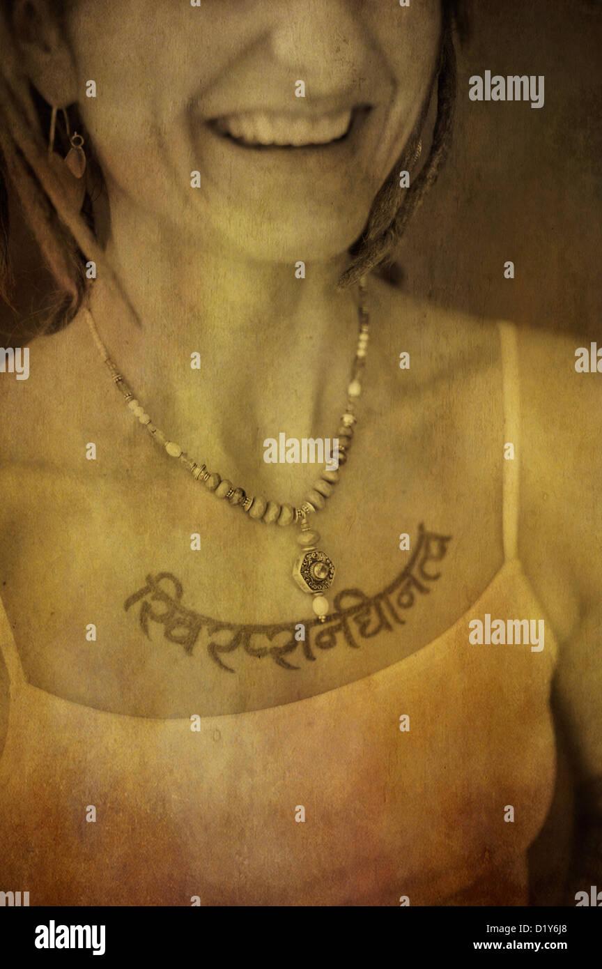 La sonrisa de una mujer que ama el yoga. Imagen De Stock