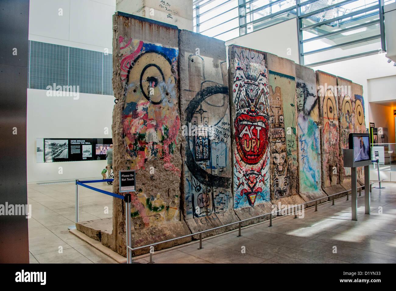Partes del muro de Berlín en exposición en el museo de medios el Newseum en Washington DC, EE.UU. Imagen De Stock