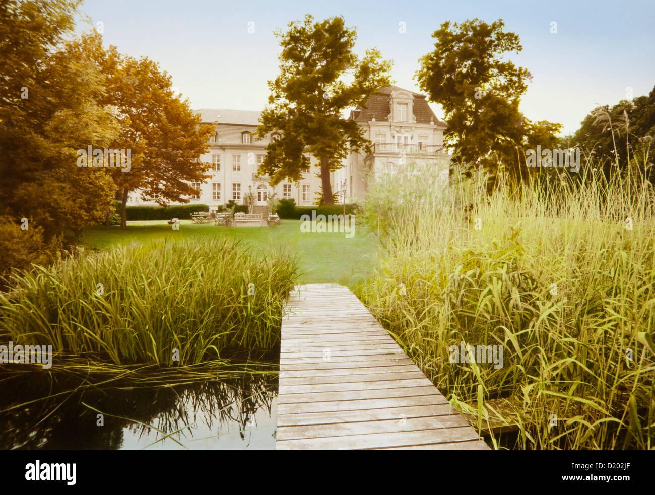 Estanque y embarcadero delante de Zieten mansion, Wustrau, Brandemburgo, Alemania, Europa Imagen De Stock