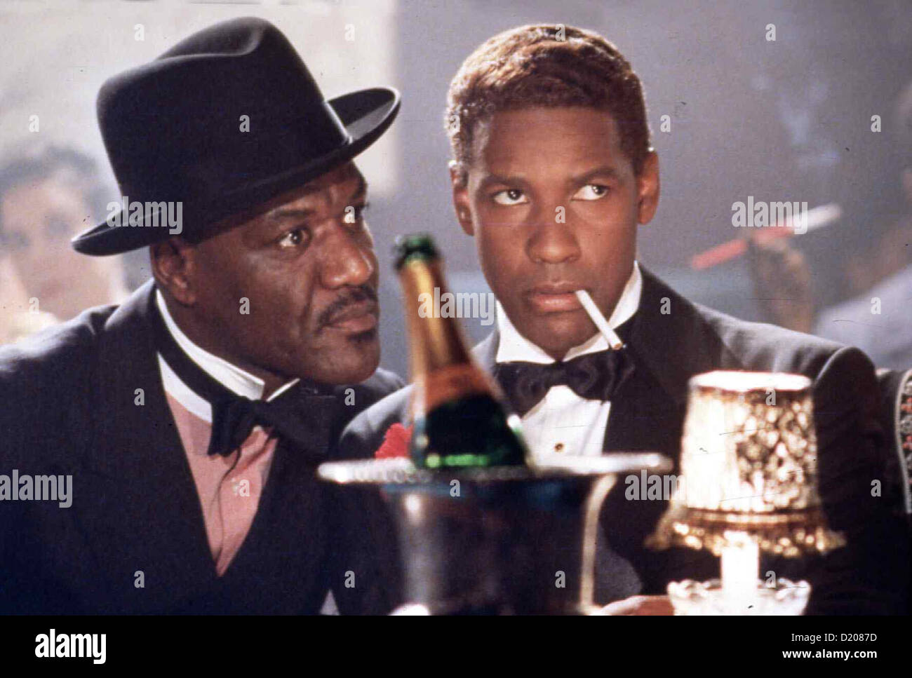 Malcolm X Malcolm X Delroy Lindo, Denzel Washington Malcolm X (Denzel Washington) wird von West Indian Archie (Delroy Imagen De Stock