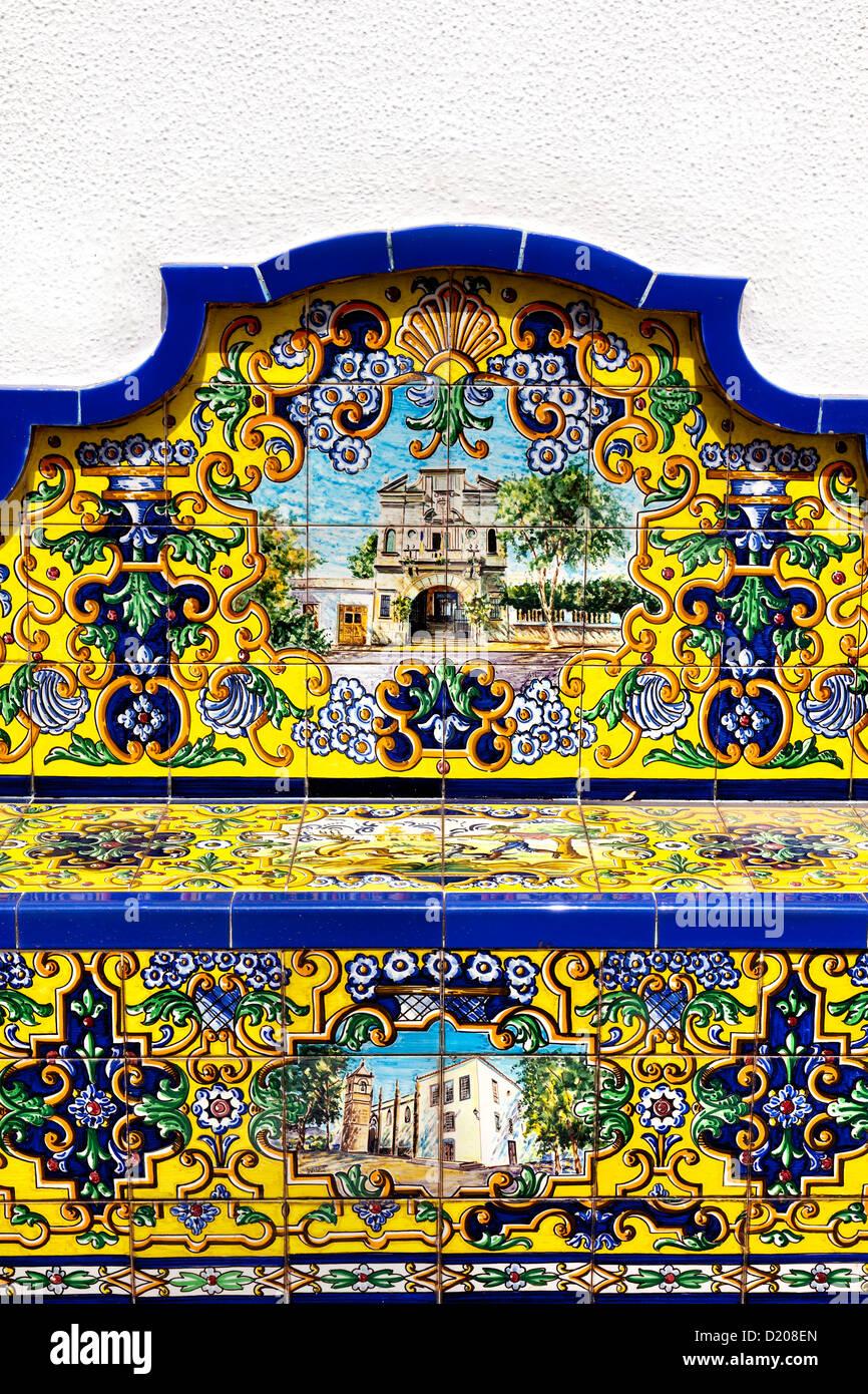 Bancos de cerámica por las escaleras del agua, Firgas, Gran Canaria, Islas Canarias, España Imagen De Stock