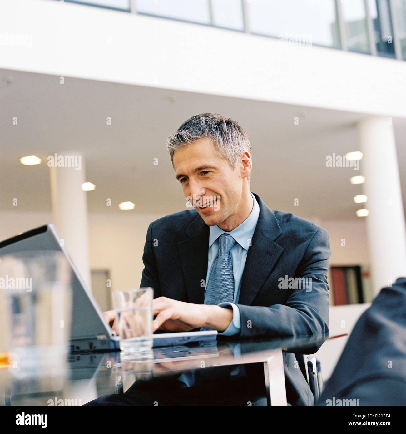 Vista de hombre de negocios ver licencia portátil gratis excepto los anuncios y carteles Imagen De Stock