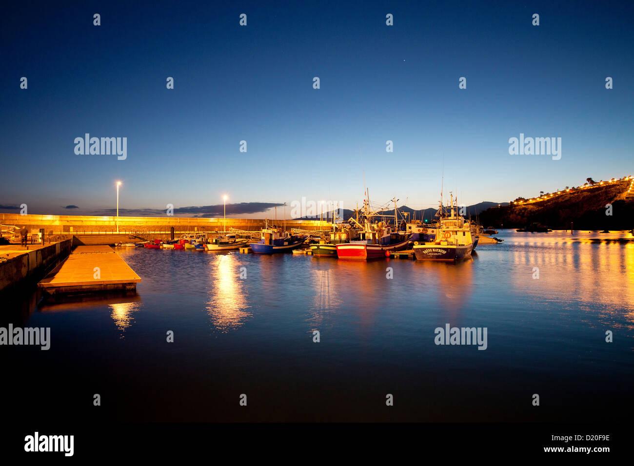 Puerto iluminado en la noche, Puerto del Carmen, Lanzarote, Islas Canarias, España, Europa Imagen De Stock