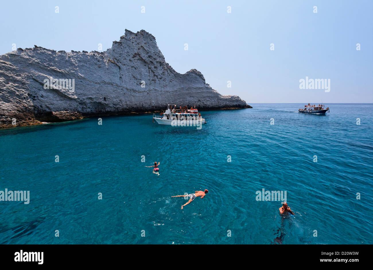 Las personas bañándose en Chiaia di Luna, Isla de Ponza, islas Pontine, Lacio, Italia, Europa Imagen De Stock