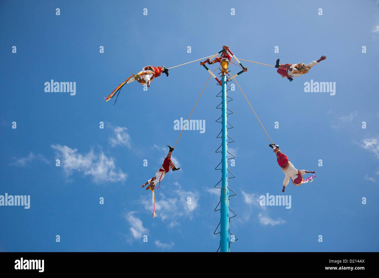 La Danza de los voladores, la danza de los voladores, o Palo volador, Pole volando, es una antigua ceremonia Mesoamericana Imagen De Stock