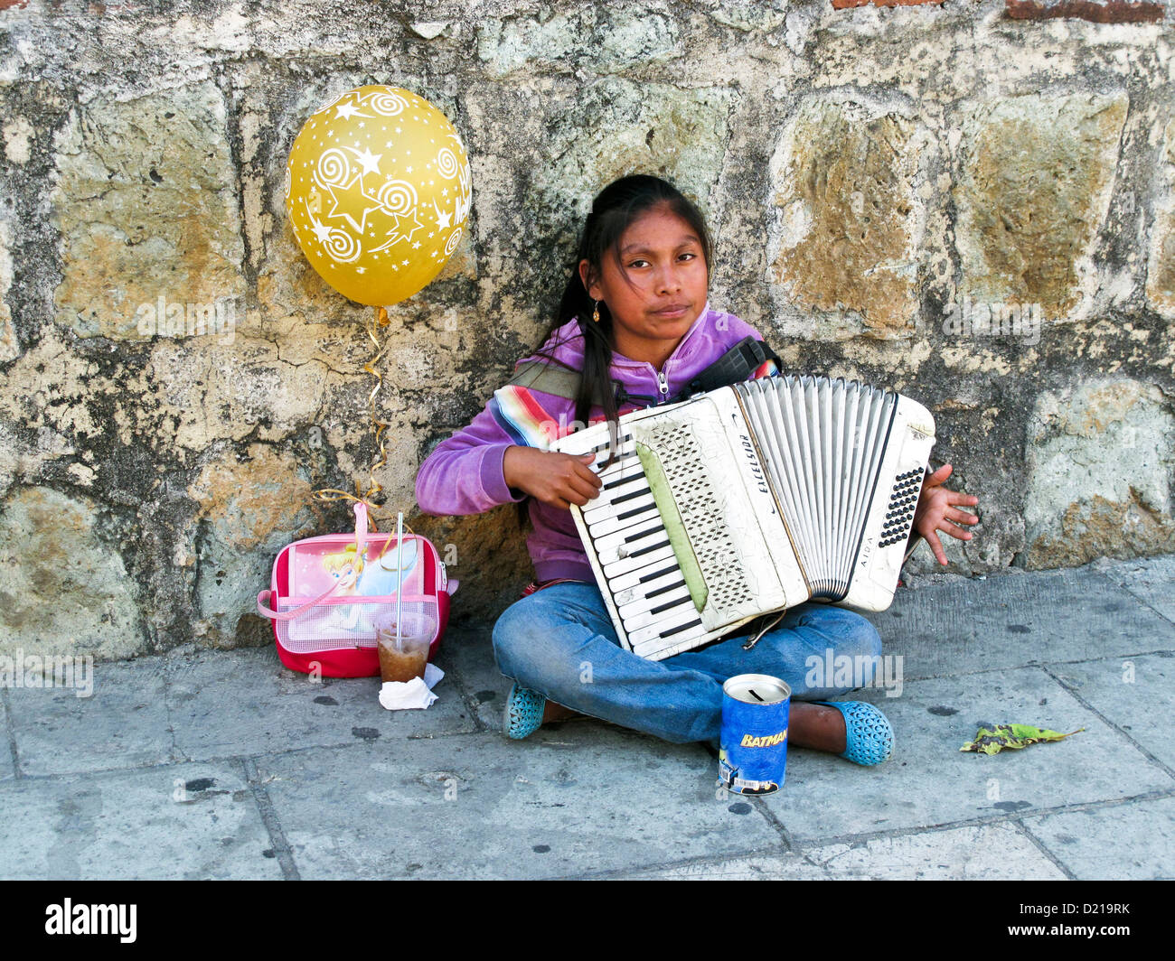 Hermosa Joven Indígena Mexicana Chica Sentada Sobre Pavimento Con