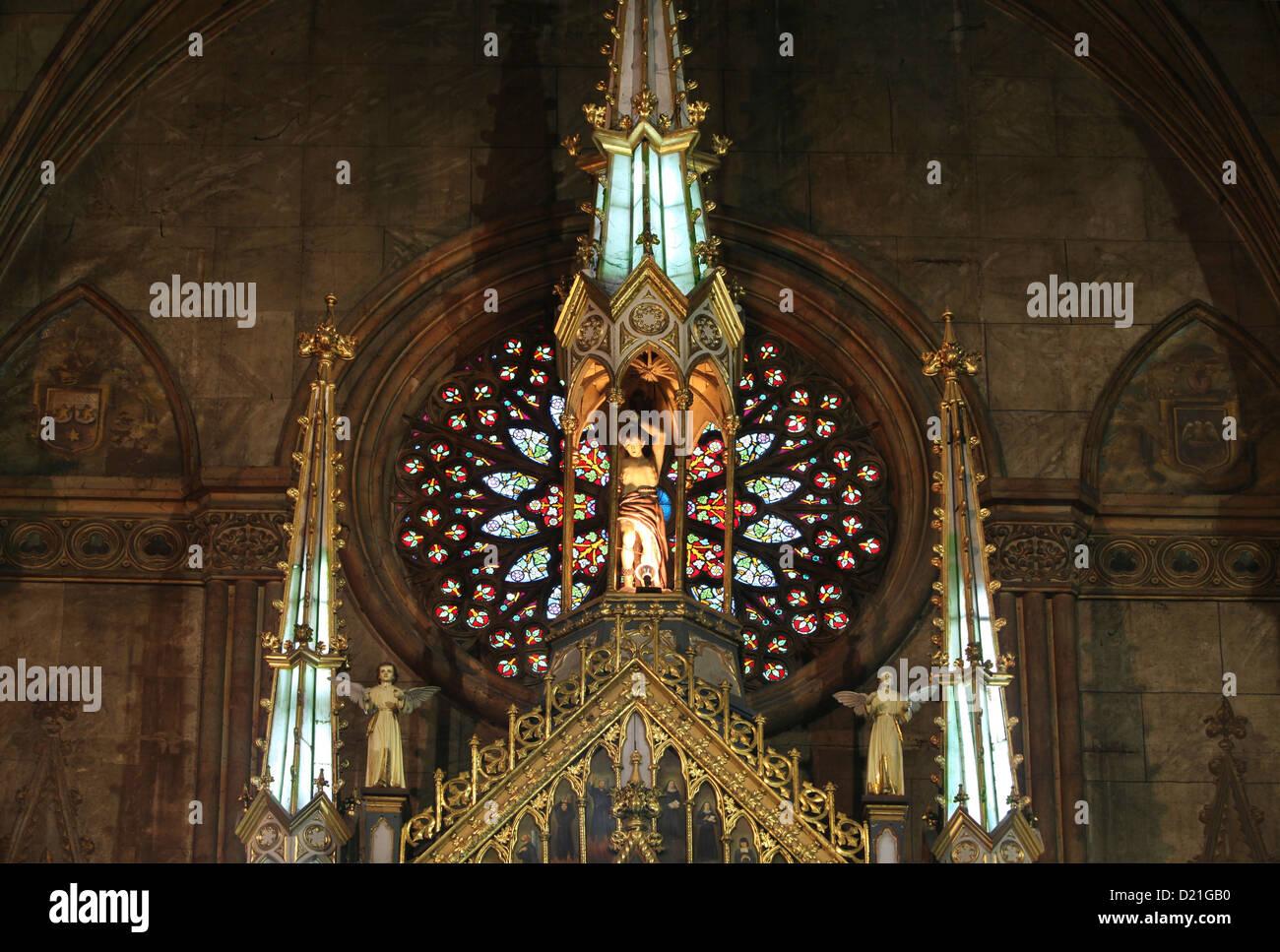 Estatua y vieja ventana de cristal pintado en la Basílica de San Sebastián, la única iglesia de acero Imagen De Stock