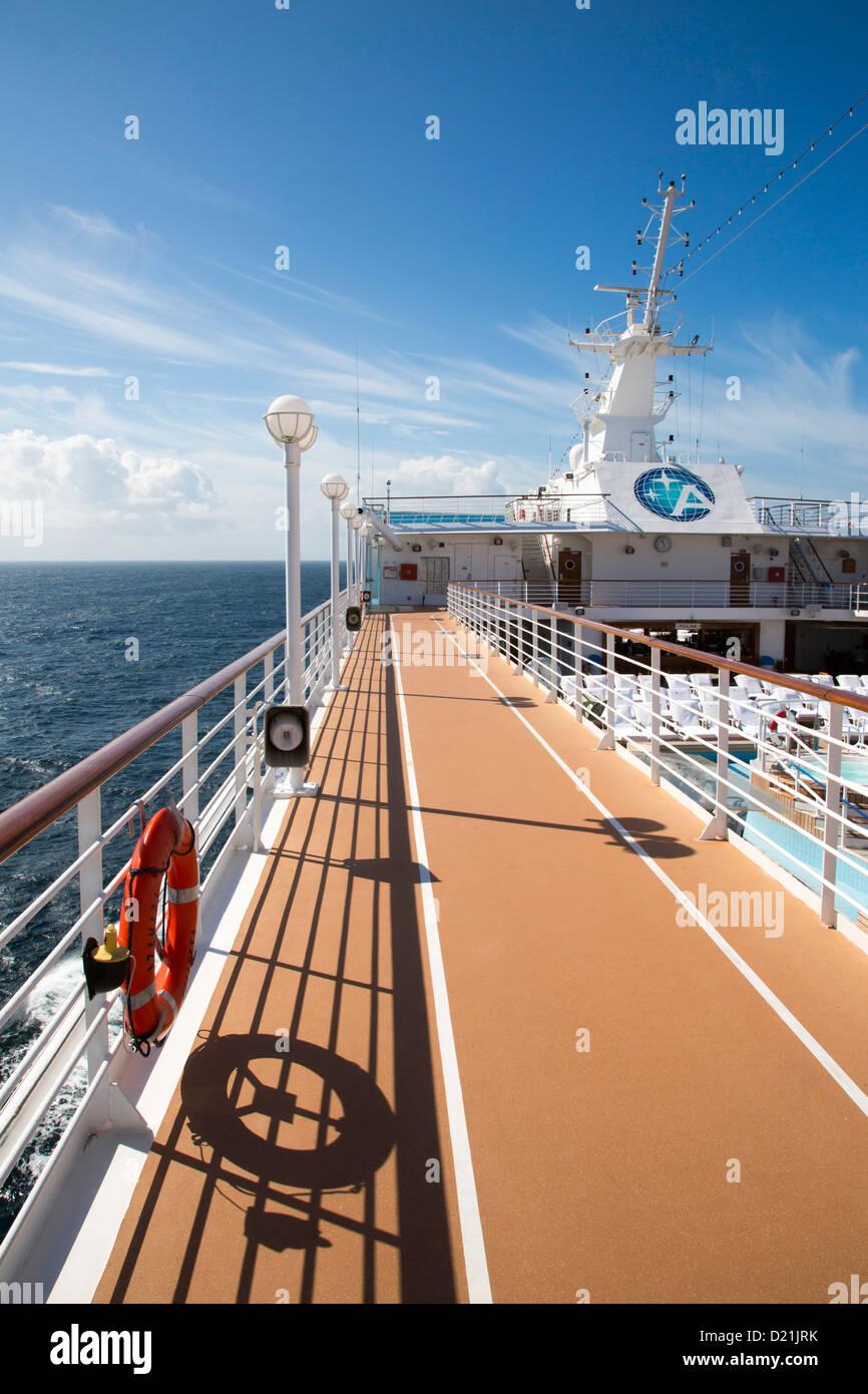 Pista de Atletismo en la cubierta del buque de crucero Azamara Journey (Azamara Club Cruises), Mar de Irlanda, cerca Imagen De Stock