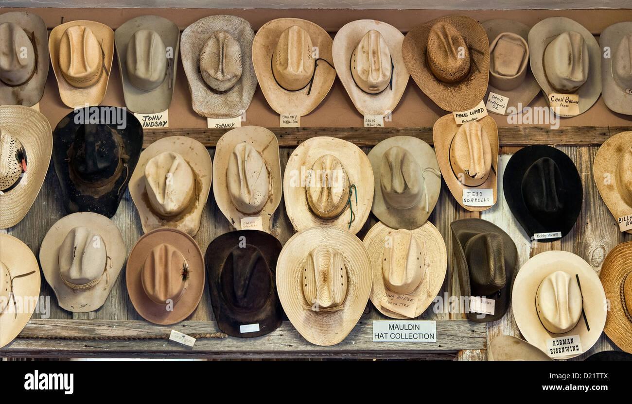 Sombreros vaqueros identificados con nombres de propietario en Rodeo y  marcas en la habitación al oeste del Museo de Pecos en Pecos 3b61353d2a1