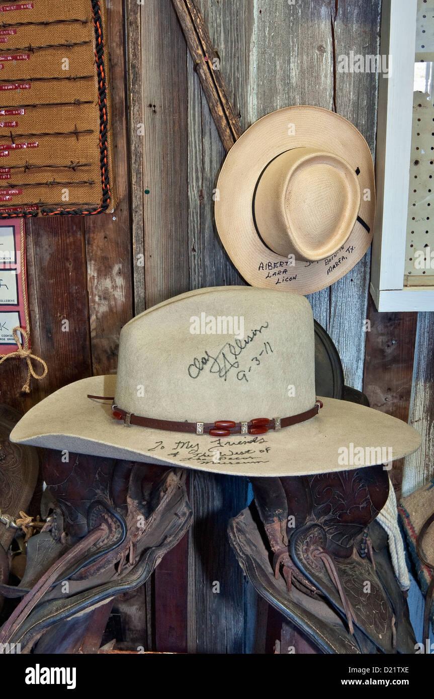 be9912c582f05 Sombreros vaqueros identificado y firmado por sus propietarios en Rodeo y  marcas en la habitación al oeste del Museo de Pecos en Pecos