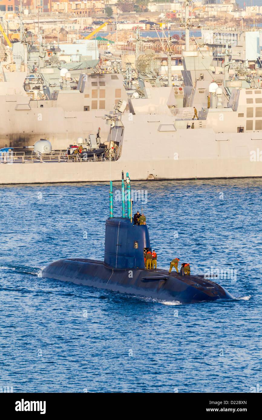 El submarino en la superficie dejando el puerto. Haifa Israel Imagen De Stock