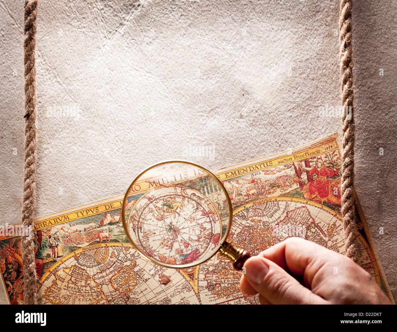 Vistos a través de una lupa en el mapa antiguo. Foto de stock