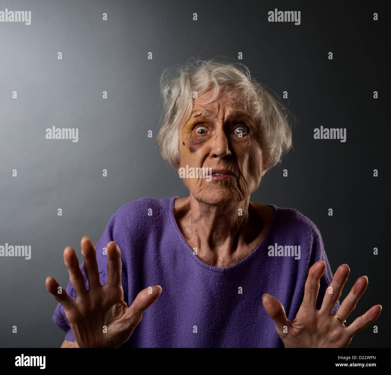 Abusó de mujer mayor con ojo negro. Foto de stock