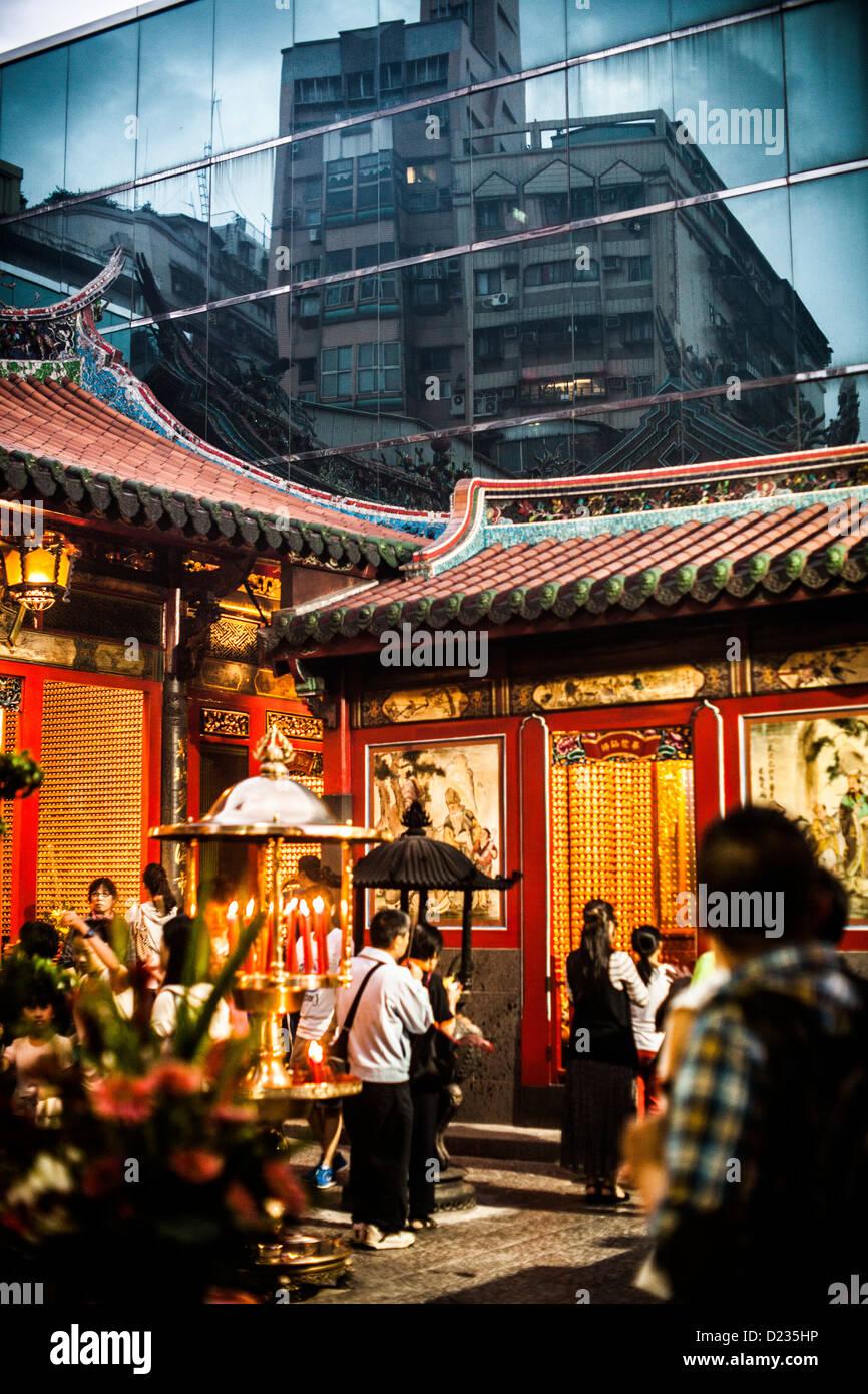 Los budistas quemando incienso sticks en un ritual cultural en Taipei, Taiwán. Imagen De Stock