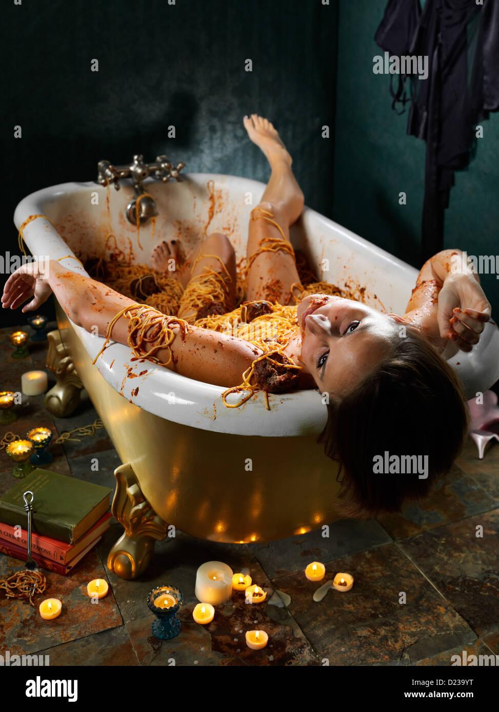 Los alimentos de la escena del crimen con la muerte por gula. Foto de stock