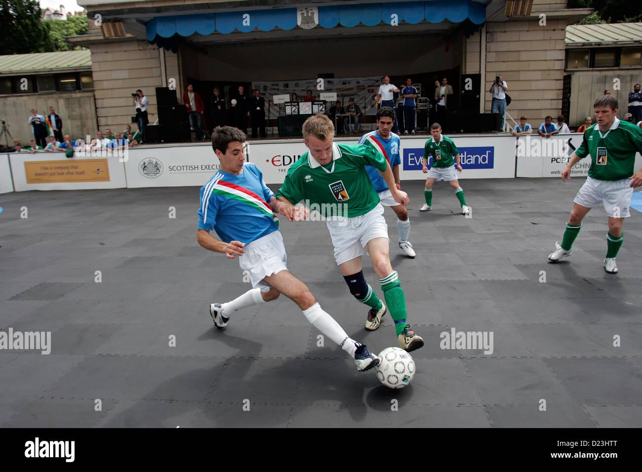 Italia contra Irlanda en la Homeless World Cup, un torneo de fútbol celebrado en Edimburgo, Escocia, en 2005 Imagen De Stock