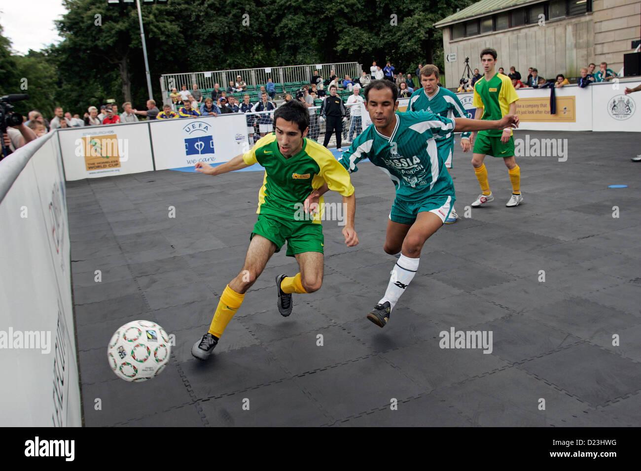 Rusia contra Australia en la Homeless World Cup, un torneo de fútbol celebrado en Edimburgo, Escocia, en 2005 Imagen De Stock