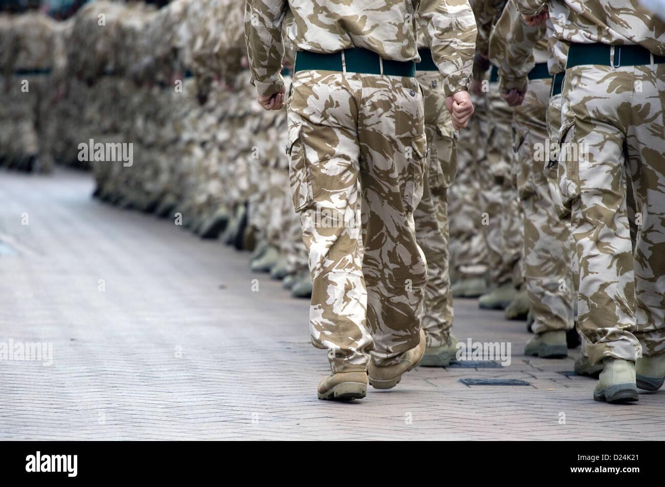 Una columna de soldados británicos, marchando por Croydon a un desfile de bienvenida a casa después de un turno Foto de stock