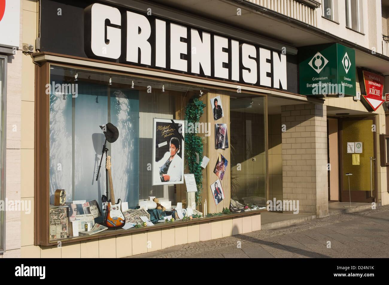 Berlín, Alemania, la funeraria Grieneisen anuncia con la muerte de