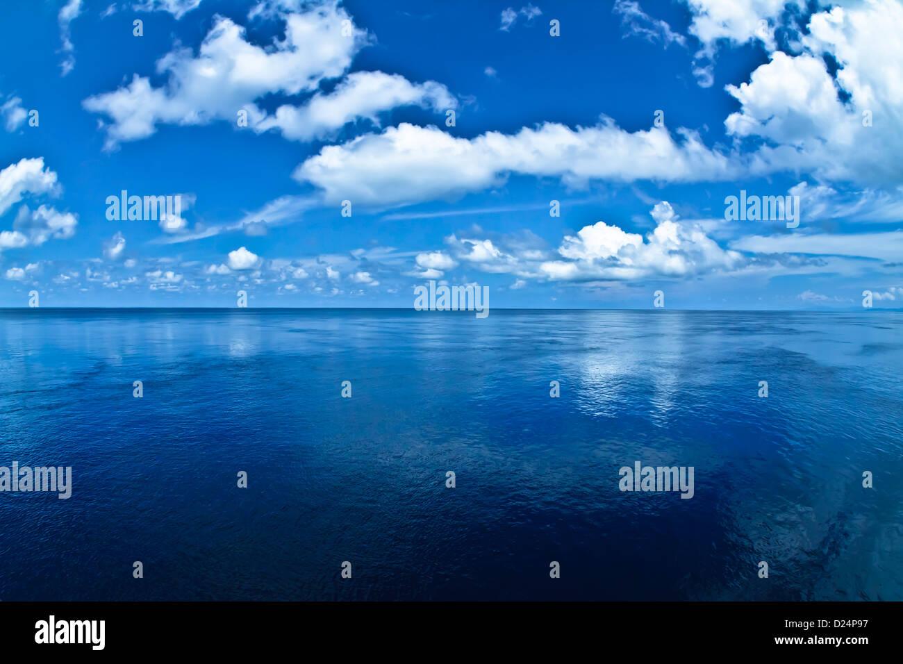 Infinito azul marino con horizonte del océano y las nubes blancas Foto de stock