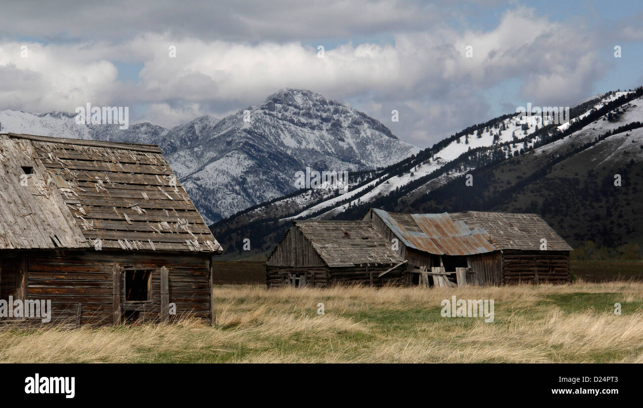 Montañas y capeado granero viejo Rocky Mountains Montana nube de tormenta Imagen De Stock