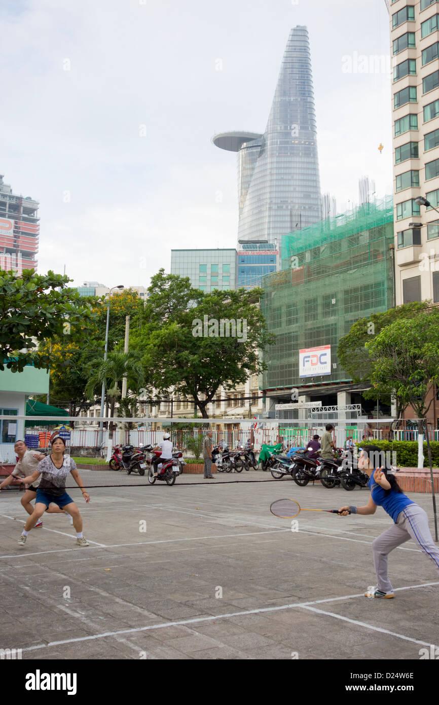 Temprano en la mañana con torre Bitexco bádminton en riverfront court en el centro de la ciudad de Ho Imagen De Stock