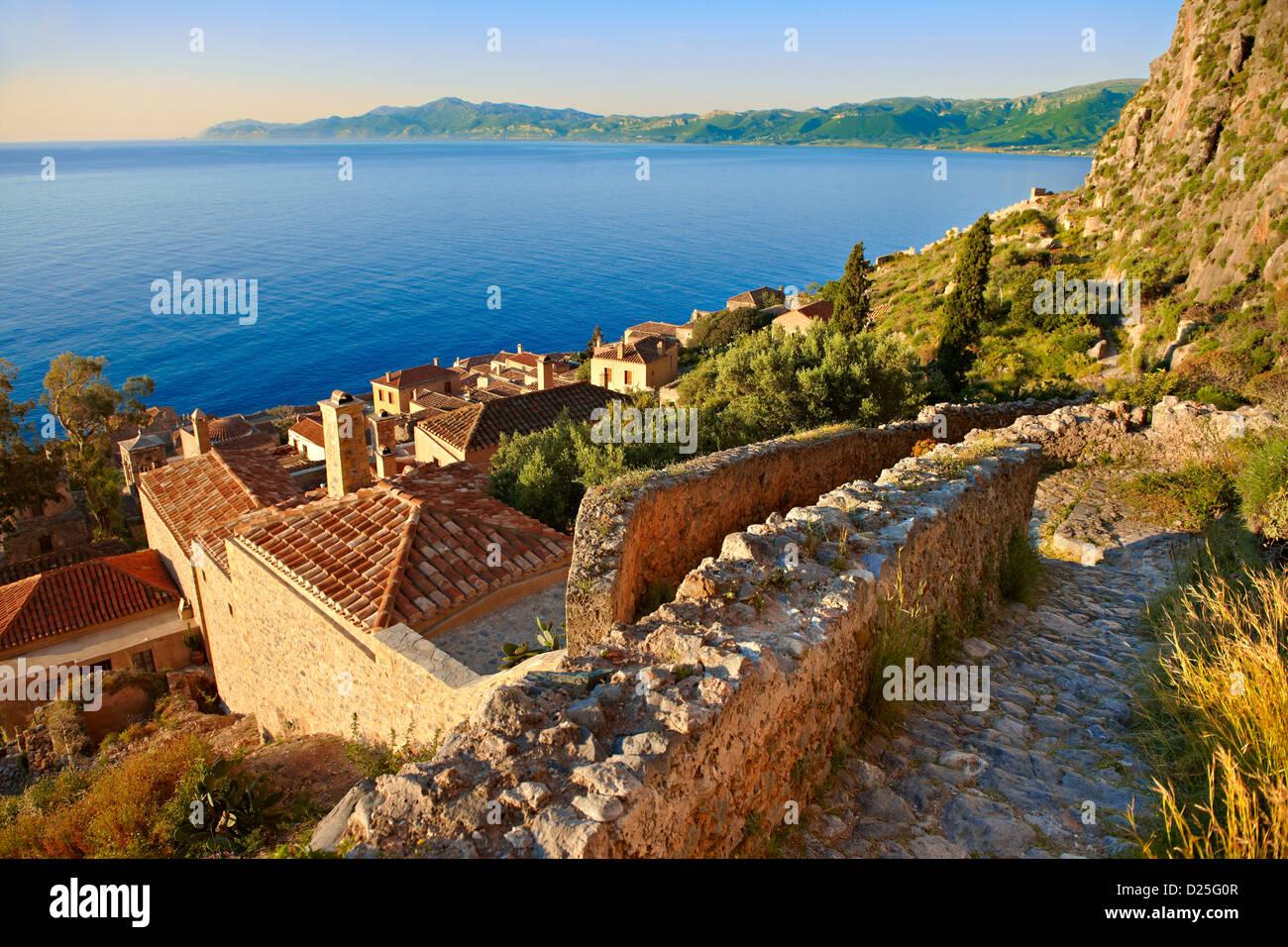 Arial vista de Monemvasia Isla bizantino ciudad castillo con la acrópolis, en la meseta. Peloponeso, Grecia Imagen De Stock