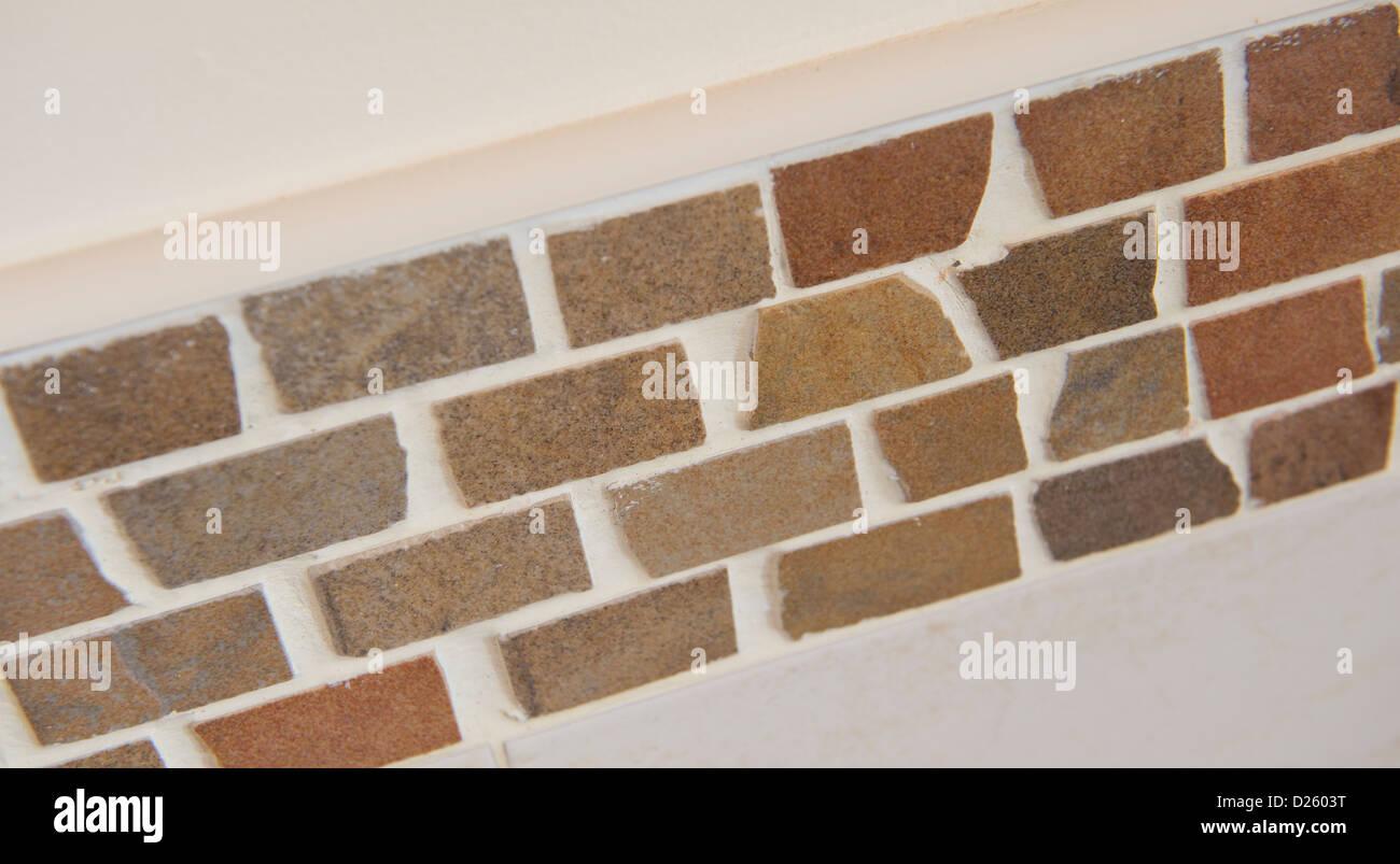 Cerca de azulejos de la pared de un cuarto de baño moderno en un ...
