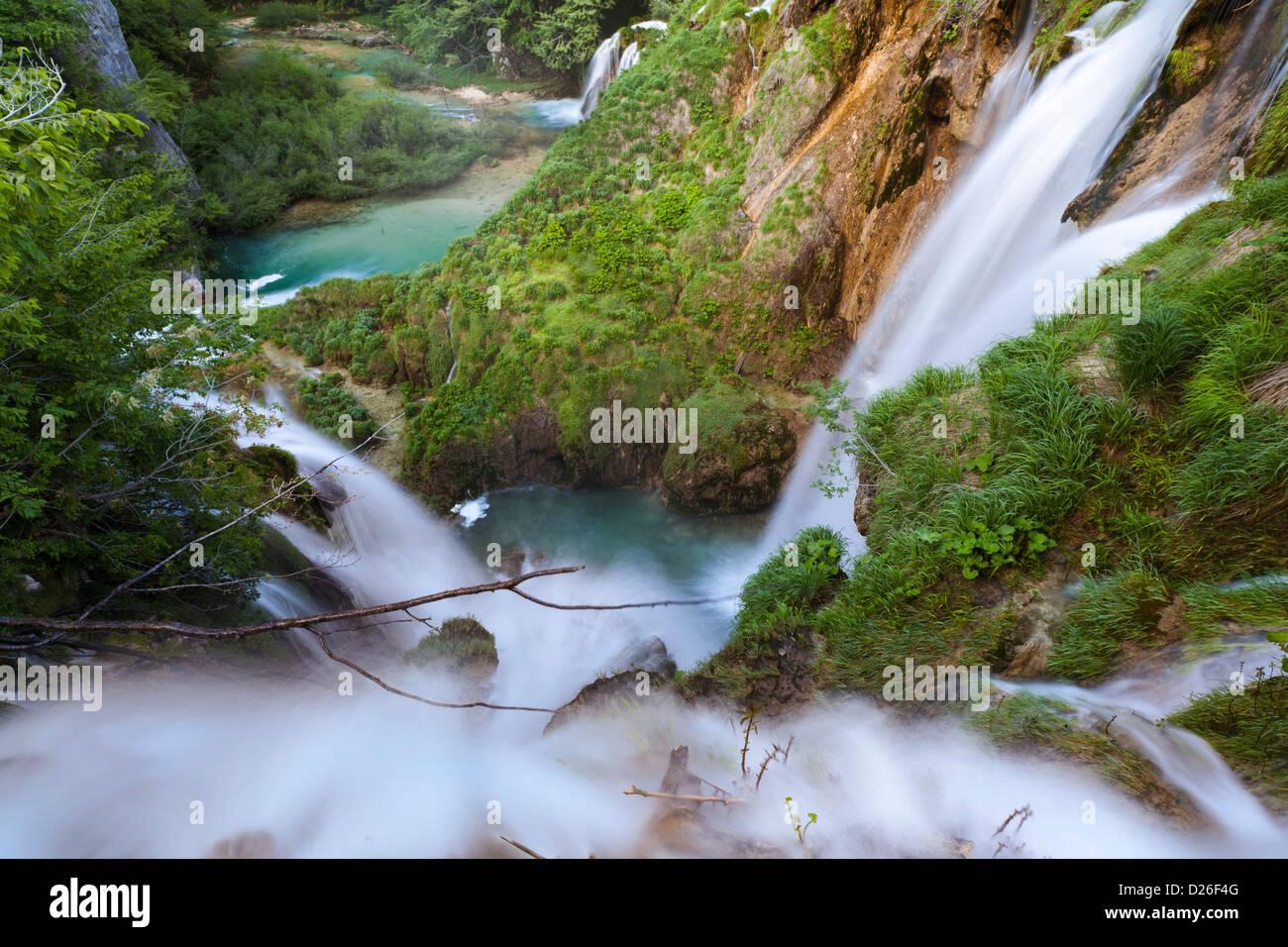 Los lagos de Plitvice en el Parque Nacional de Plitvicka Jezera. Las cascadas sumiendo en el lecho del río Korana. Foto de stock