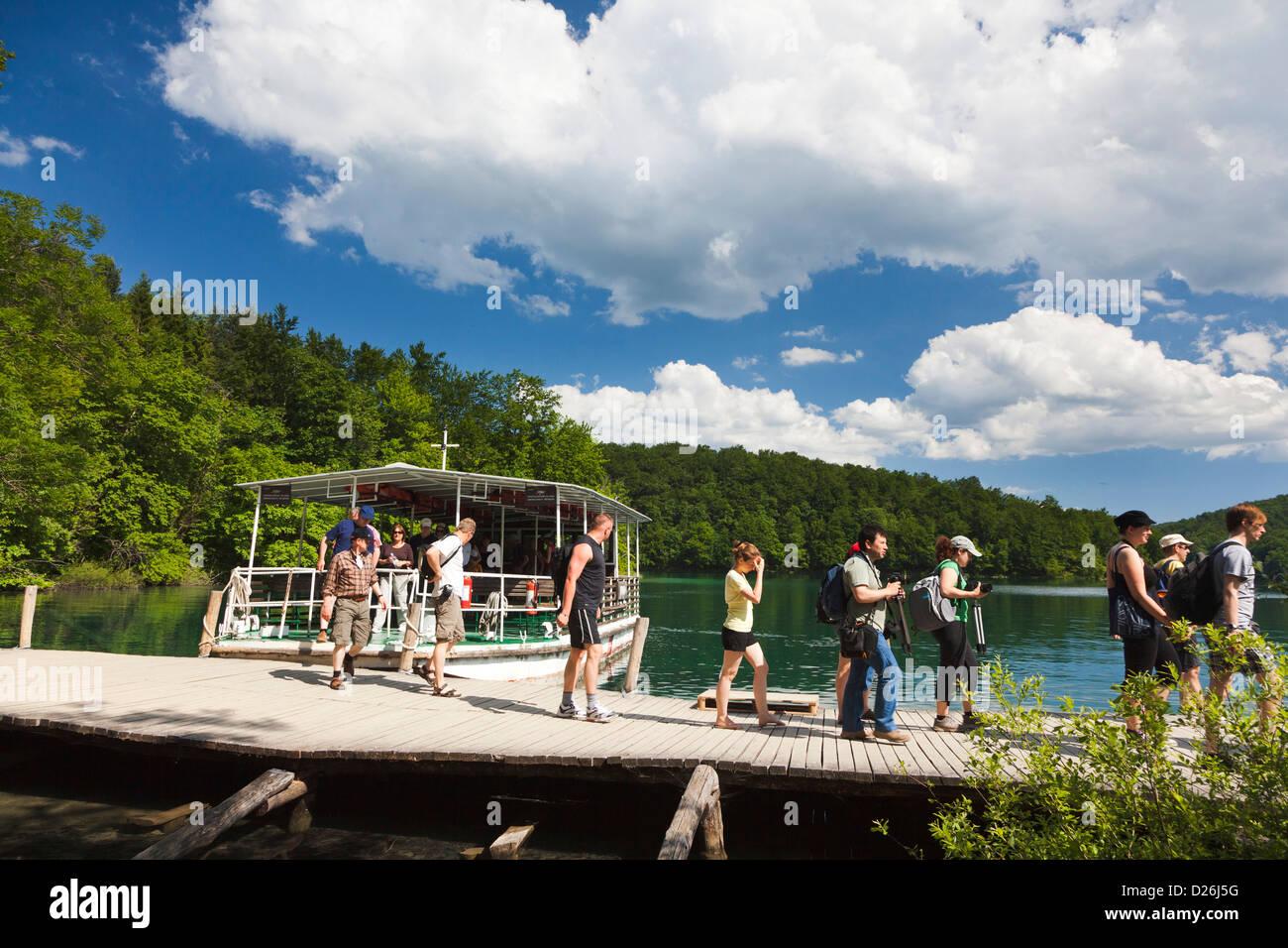 Los lagos de Plitvice en el Parque Nacional de Plitvicka Jezera. Los visitantes tomar un crucero por el lago Kozjak. Foto de stock