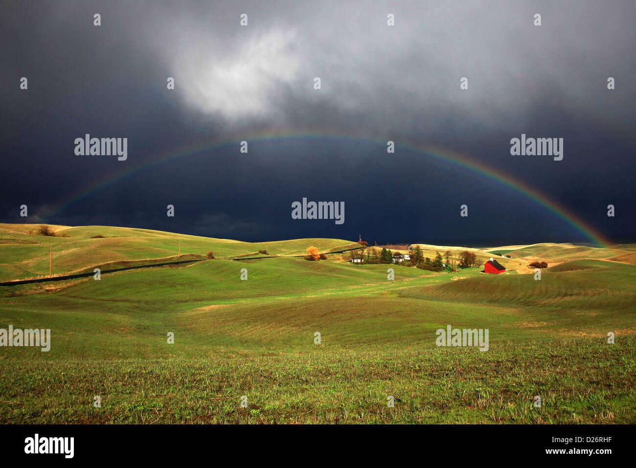 Arco completo arco iris sobre Idaho farm Foto de stock