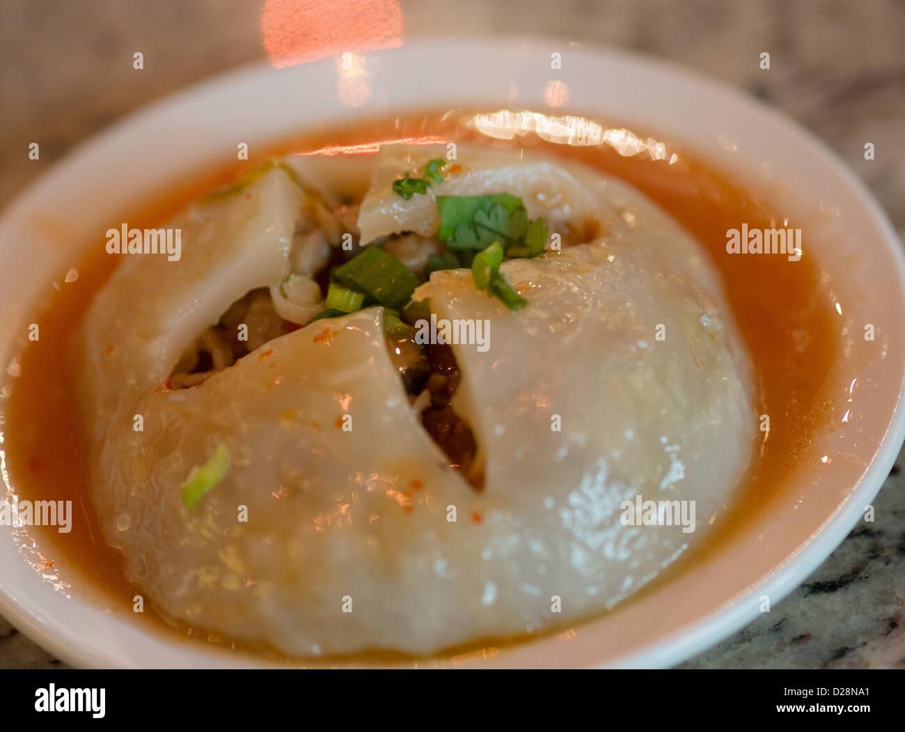 Bola de arroz taiwanés 肉圓 - carne de cerdo y setas envuelto en una envoltura de arroz y cubiertos con una salsa Imagen De Stock