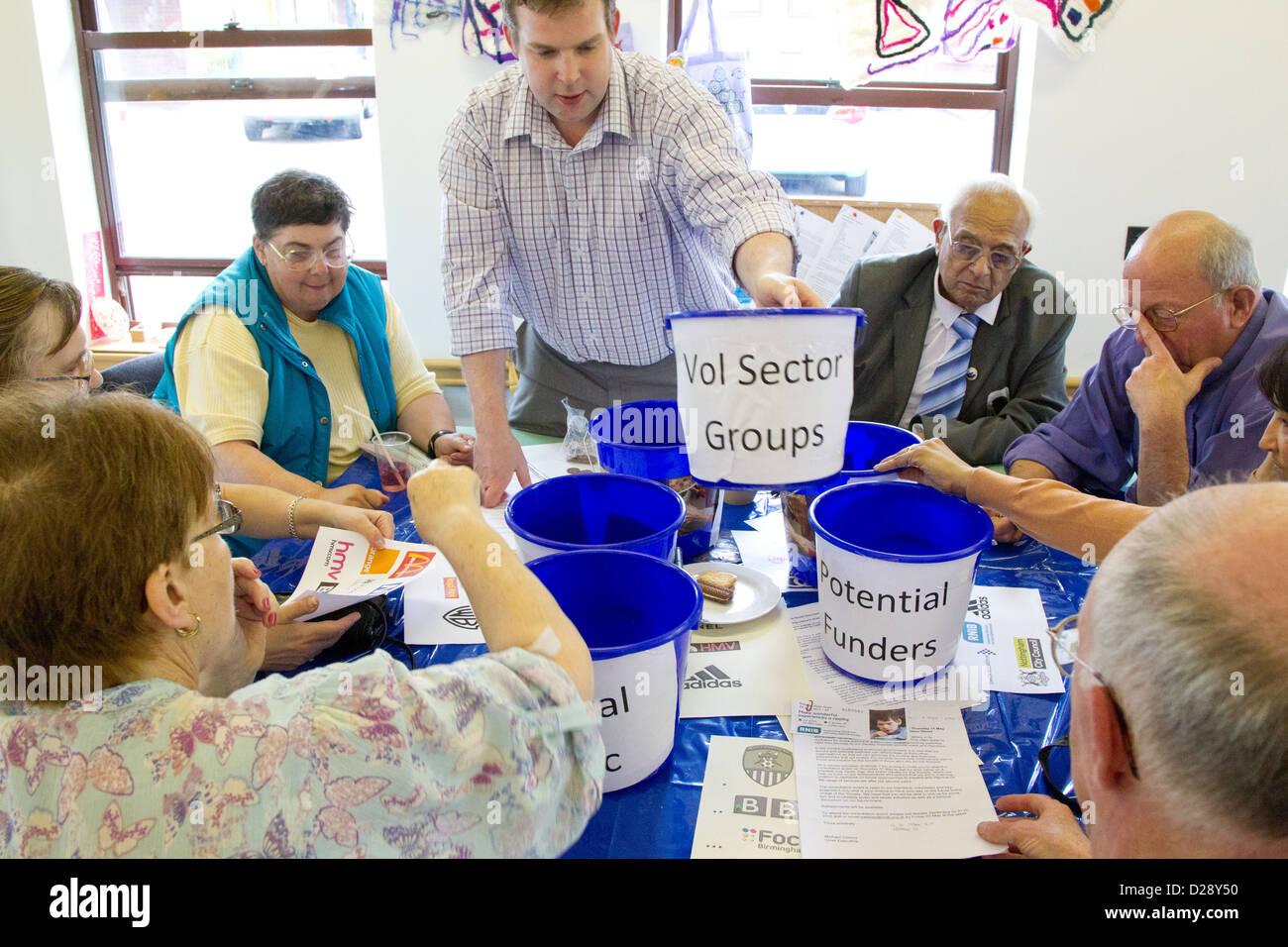 Consulta con el personal y los voluntarios de caridad para personas con deficiencias visuales (NRSB) como parte Imagen De Stock