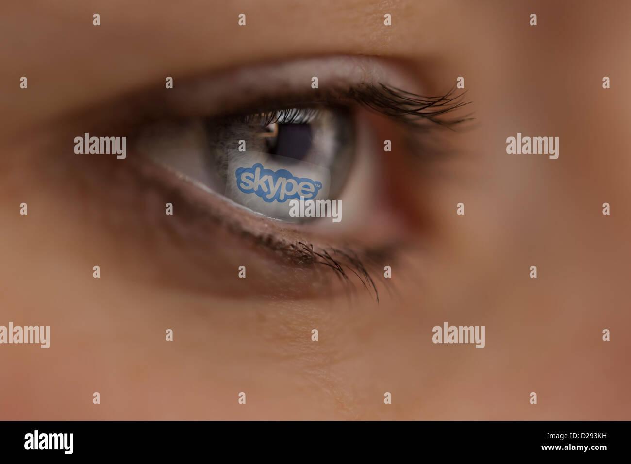 Mujer mirando en el sitio de Internet de Skype Imagen De Stock