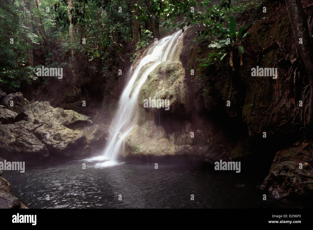 Guatemala, cerca del Lago de Izabal. Finca El Paraiso Río Agua Caliente. Cascadas de agua caliente Imagen De Stock