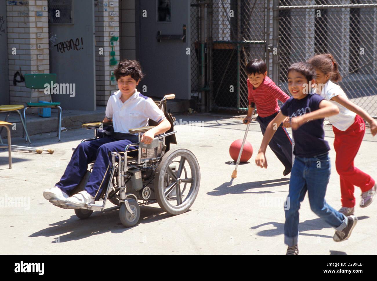 Niños discapacitados en silla de ruedas jugando con otros