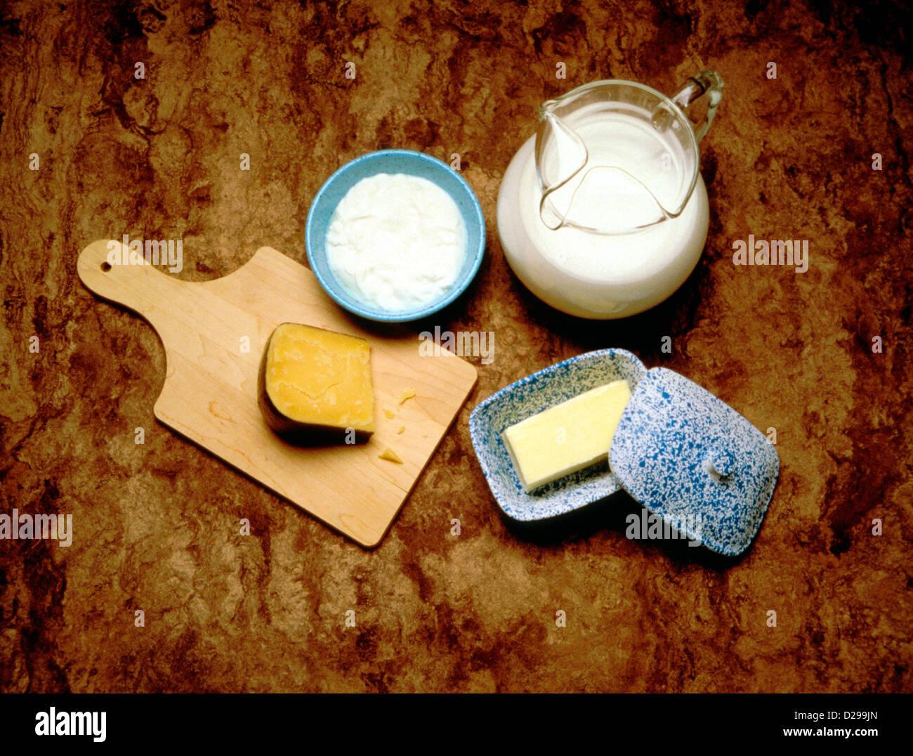 Bodegón de productos lácteos: leche, yogur, mantequilla y queso Imagen De Stock