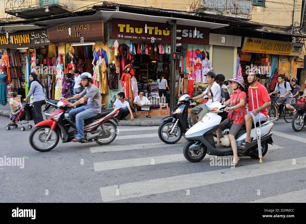 Hanoi, Vietnam - Escena en la calle en un cruce de caminos Foto de stock