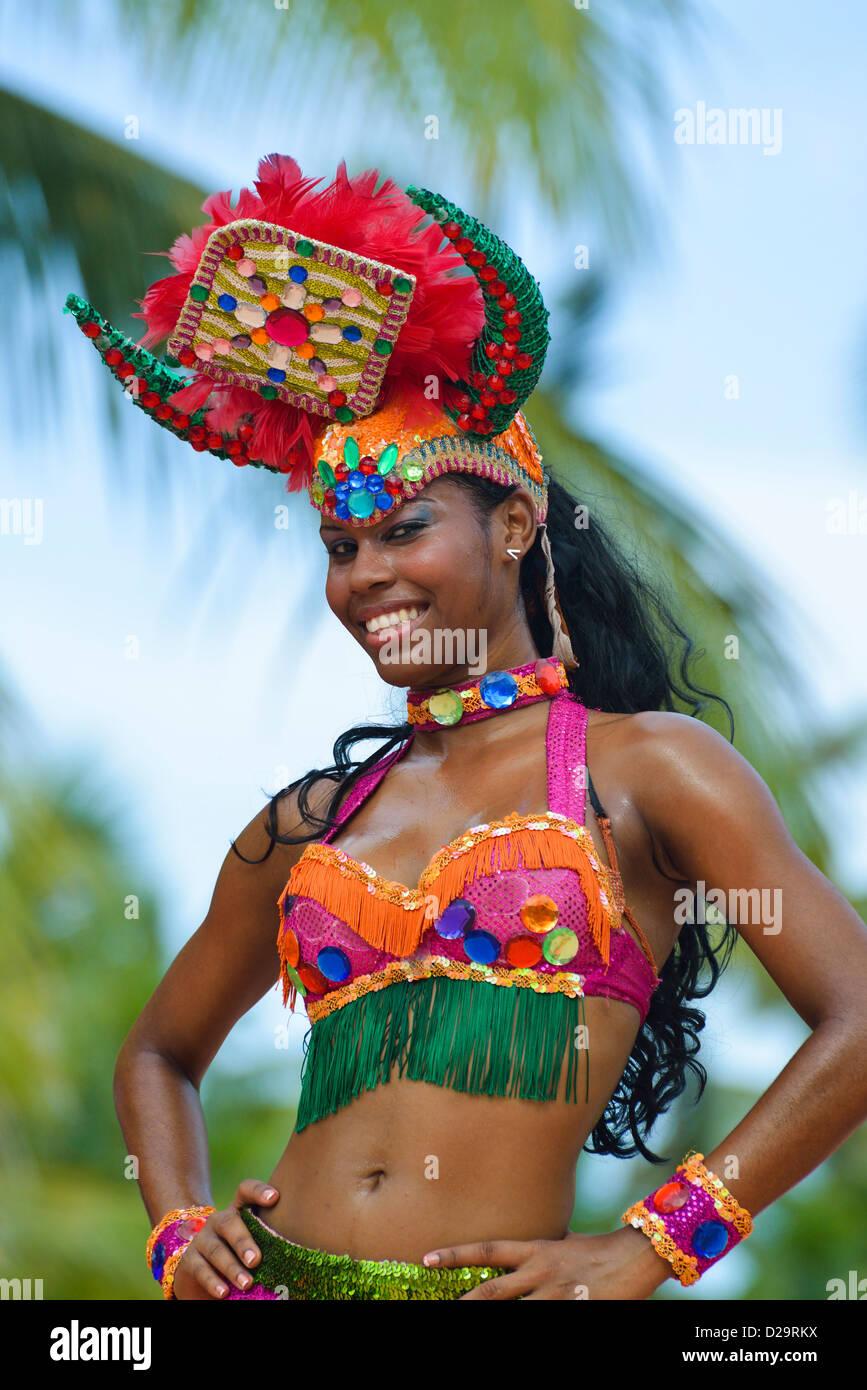 Mujer Bailarina En La Vestimenta Tradicional Durante Un Show En
