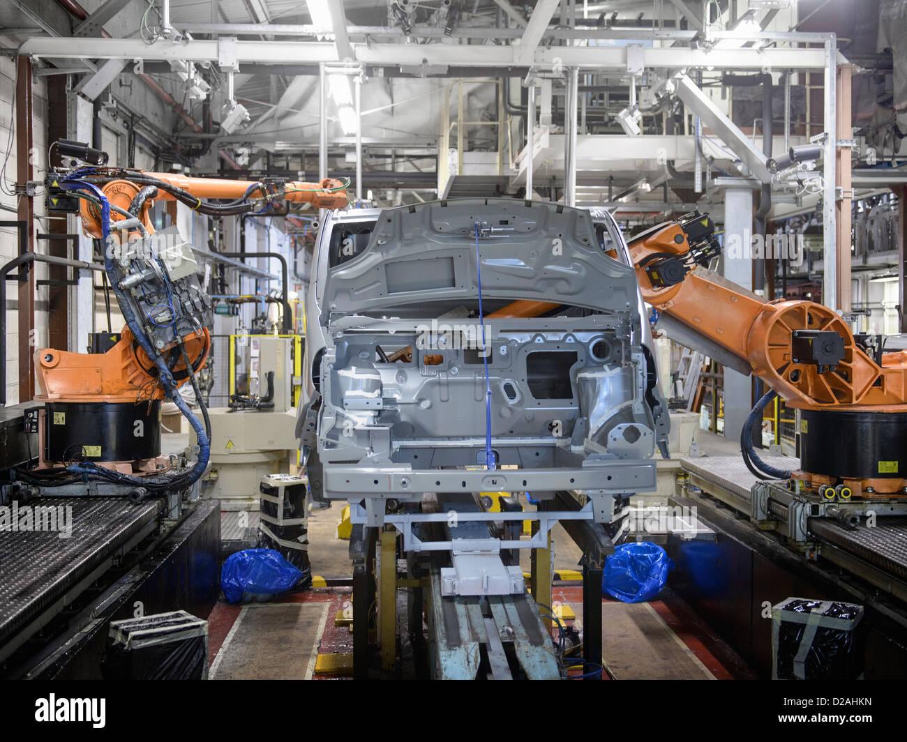 Robots en el trabajo en la fábrica de automóviles Foto de stock